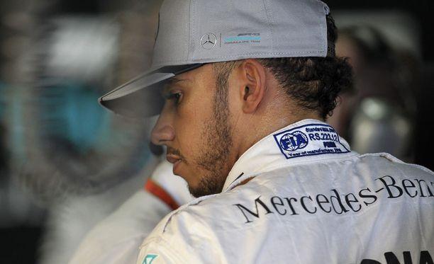 Lewis Hamilton otti raskaasti kolarin, joka lopetti molempien Mersu-kuskien kilpailun.