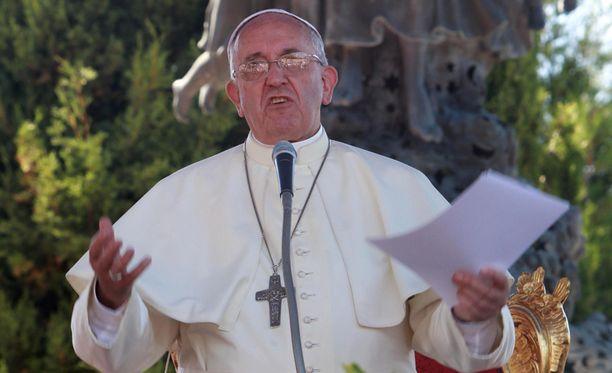 Paavin mukaan pedofiilien joukossa on niin pappeja, piispoja kuin kardinaalejakin.
