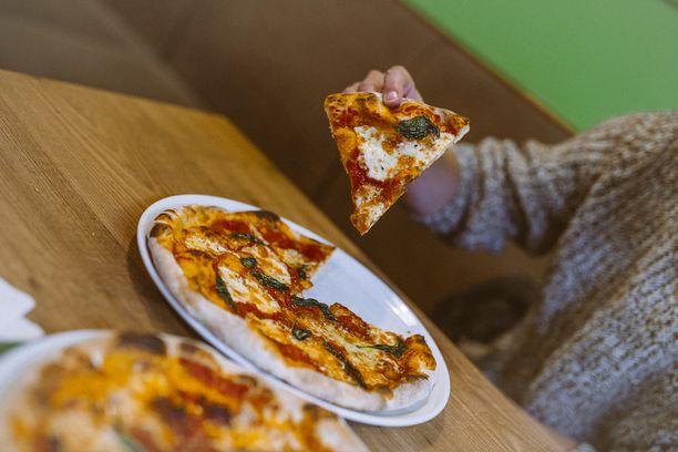 Kallioisen mukaan pizzan maku syntyy 36 tuntia kohotetusta, juureen leivotusta pohjasta, italialaisista tomaateista tehdystä kastikkeesta. Tonnikalan sijaan käytetään särkeä.