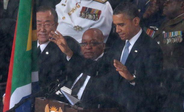 Yhdysvaltain presidentti Barack Obama puhui Nelson Mandelan muistolle. Taustalla Etelä-Afrikan presidentti Jacob Zuma sekä YK:n pääsihteeri Ban Ki-moon.