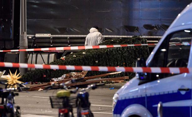 Suomalaispariskunta tiesi, että viranomaiset olivat varoittaneen joulutorien olevan mahdollinen terrori-iskun kohde.