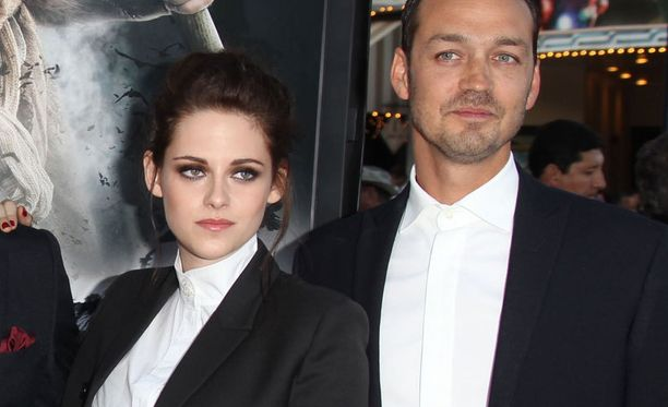 Kristen Stewart ja Rupert Sanders tapasivat Lumikki ja metsästäjä -elokuvan kuvauksissa.
