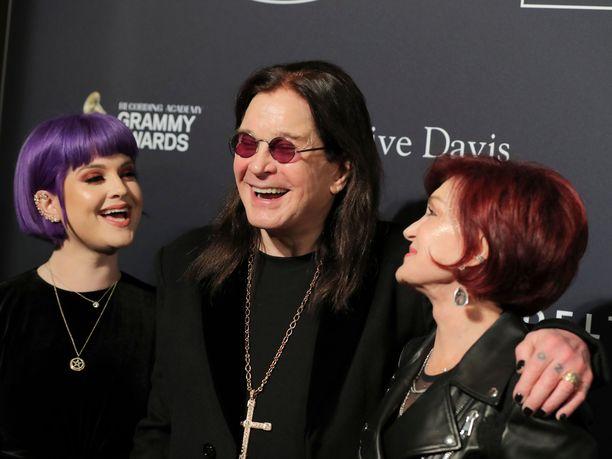 Ozzy Osbourne Grammy-gaalan punaisella matolla vaimonsa Sharon Osbournen ja tyttärensä Kelly Osbournen kanssa.