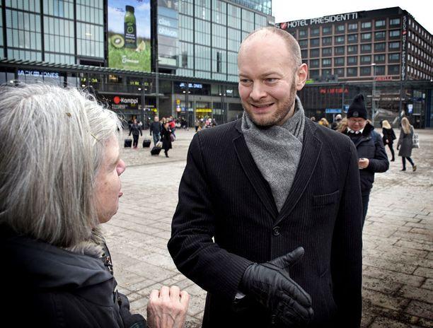 Kulttuuriministeri Sampo Terho tapasi lauantaina helsinkiläisiä osana sinisen tulevaisuuden puoluehallituksen kokousta.