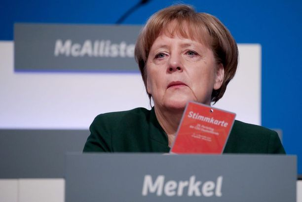 Saksan äärioikeisto kritisoi Merkelin pakolaispolitiikkaa.