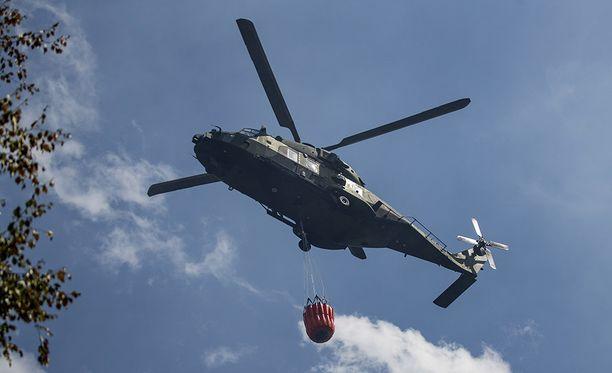 Palopaikan sammutustöissä on myös puolustusvoimien helikoptereita noin 30 miehen virka-apuosastoineen.