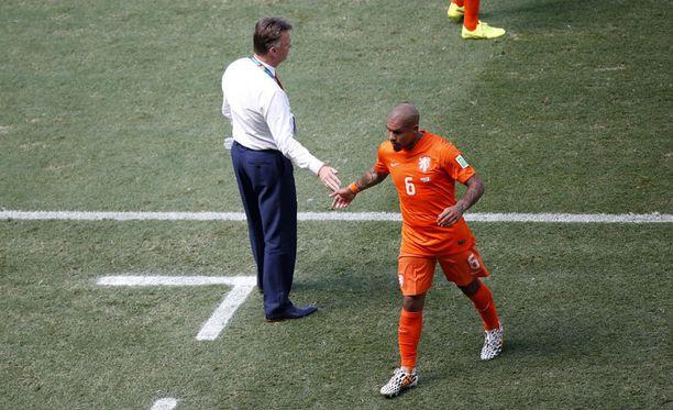 Nigel de Jong hyvästeli kentän yhdeksän minuutin kohdalla Meksikoa vastaan.