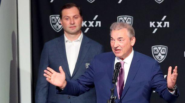 KHL:n puheenjohtaja Aleksei Morozov (vas.) kuunteli taustalla, kun Venäjän jääkiekkoliiton puheenjohtaja Vladislav Tretjak avasi KHL-kauden keskiviikkona.