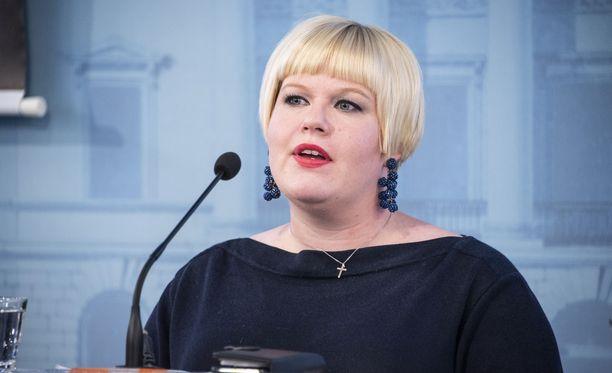 Perhe- ja peruspalveluministeri Annika Saarikko uskoo, että keskittämisasetus parantaa potilasturvallisuutta.