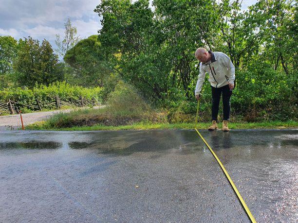 Hans Huttunen mittasi Vanhanunnantien leveyttä kotitalonsa lähistöllä.