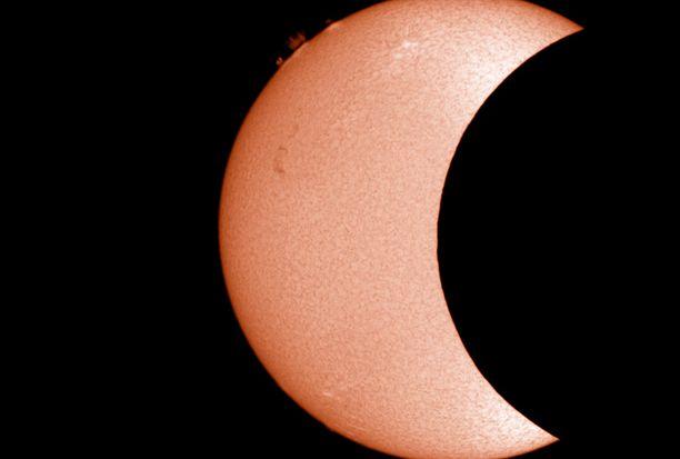 Auringon kuvaamiseen tarkoitetusta kaukoputkesta otetusta vaikuttavasta kuvasta näkee yksityiskohtia auringon pinnalta. Kuva on otettu Sallassa.