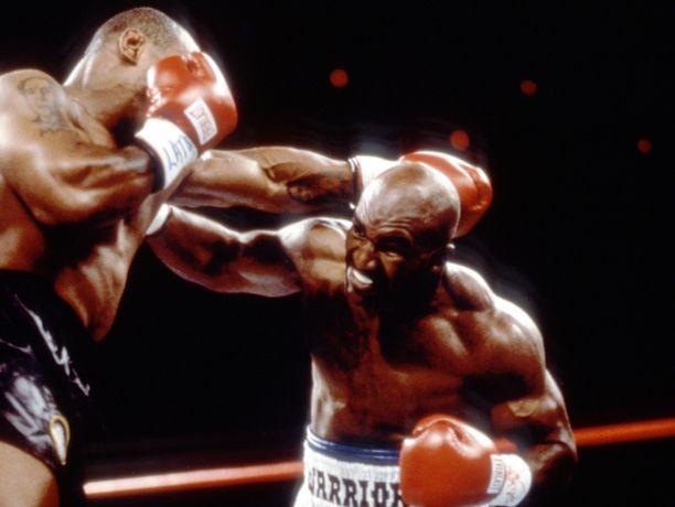 Mike Tysonin ja Evander Holyfeld (oik.) kohtaaminen muistetaan yhä puremiskohun vuoksi.
