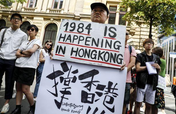 """Berliinissä järjestettyyn tukimielenosoitukseen osallistuneen kyltissä luki """"1984 on käynnissä Hongkongissa""""."""