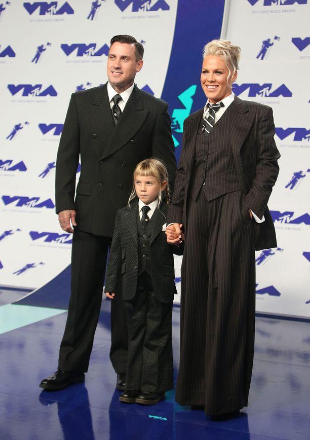 Pink edusti elokuussa palkintogaalassa miehensä Carey Hartin ja tyttärensä Willow'n kanssa. Laulaja piti koskettavan kiitospuheen tyttärelleen.
