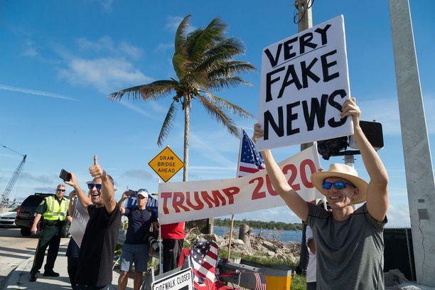 Trumpin kannattajat tervehtivät presidentin autosaattuetta Floridassa joulukuun lopulla.