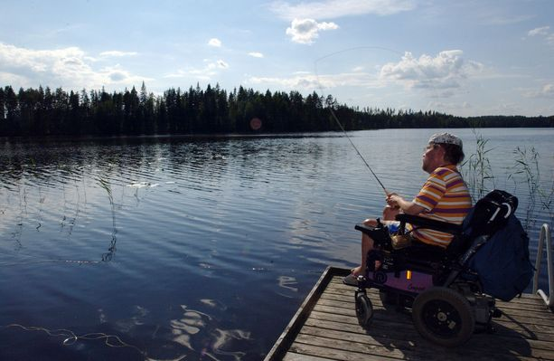 Kalle Könkkölä kalassa kesämökillään Mäntyharjulla vuonna 2003.