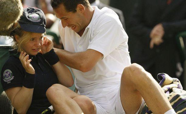 Michael Llodra rojahti pallotytön päälle Wimbledonissa.