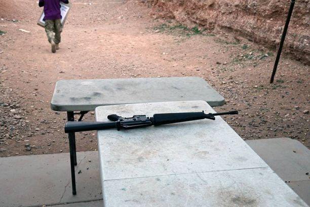 Ampumapaikka sijaitsee ravintolan takana hiekkasuojassa. Ja tässä on ase.