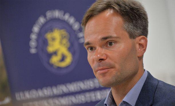 Sisäministeri Kai Mykkäsen mukaan Tanskan ja Itävallan ehdotus käännytysleireistä on ihmisoikeuksien turvaamisen kannalta kyseenalainen.