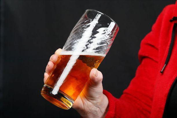 Kyselytutkimuksen tulosten mukaan suomalainen mies pitää oluesta ja juo sitä useimmiten kotonaan.