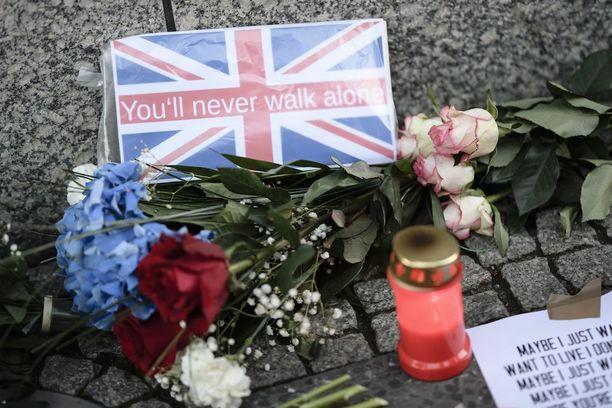 Britannian suurlähetystön ulkopuolelle Berliinissä tuotiin kukkia iskun uhrien muistoksi.