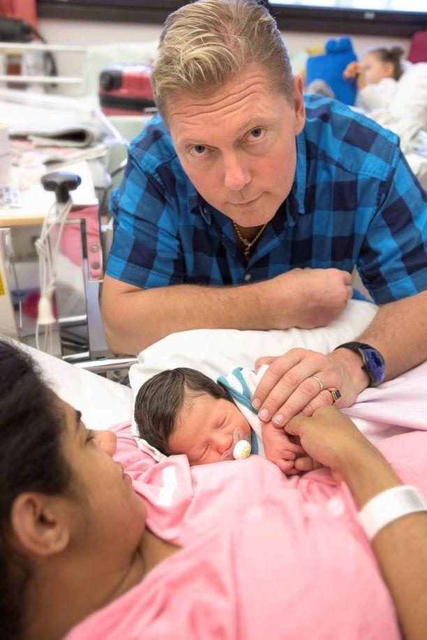 Kahden lapsen perhe säteilee tällä hetkellä onnesta, ja isovanhemmat ovat innostuneita tuoreesta lapsenlapsestaan.