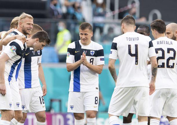 Suomi taistelee tänään maanantaina jatkopaikasta EM-kisoissa.