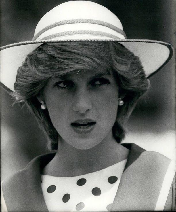 Diana suosi lyhyttä kampausta. Tässä tyylinäyte vuodelta 1982.