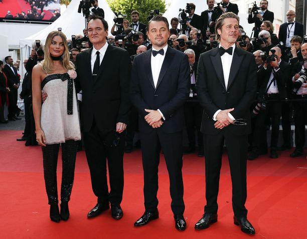 Margot Robbie, Quentin Tarantino, Leonardo DiCaprio ja Brad Pitt poseeraavat kameroille Cannesin elokuvajuhlilla 21.5.2019.
