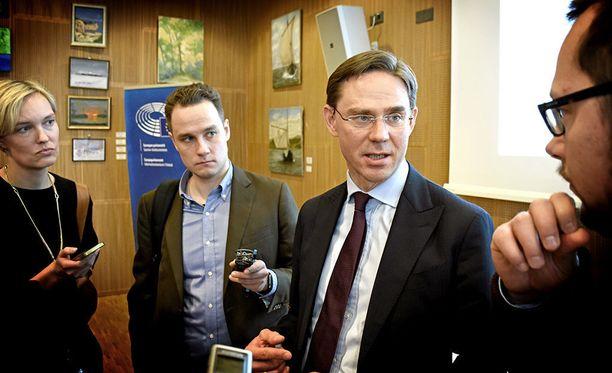 EU-komission varapuheenjohtaja Jyrki Katainen (kok) vakuutti maanantaina Helsingissä tapaamilleen toimittajille, että komissio ei epäile Suomen talouslukujen rehellisyyttä, vaikka komission tuore maaraportti asiasta huomautti.