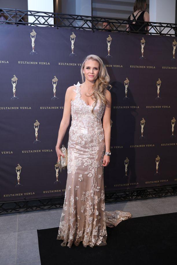 Susanna Laineen herkkä kukkakuvioinen mekko sopi kauniisti vaalealle juontajalle.
