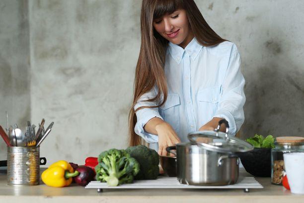 - Vegaanin on tärkeää syödä monipuolisesti erilaisia palkokasveja, pähkinöitä ja viljoja riittävän proteiinitarpeen tyydyttämiseksi, muistuttaa ravitsemustieteen dosentti Anna-Liisa Elorinne. Kuvituskuva.