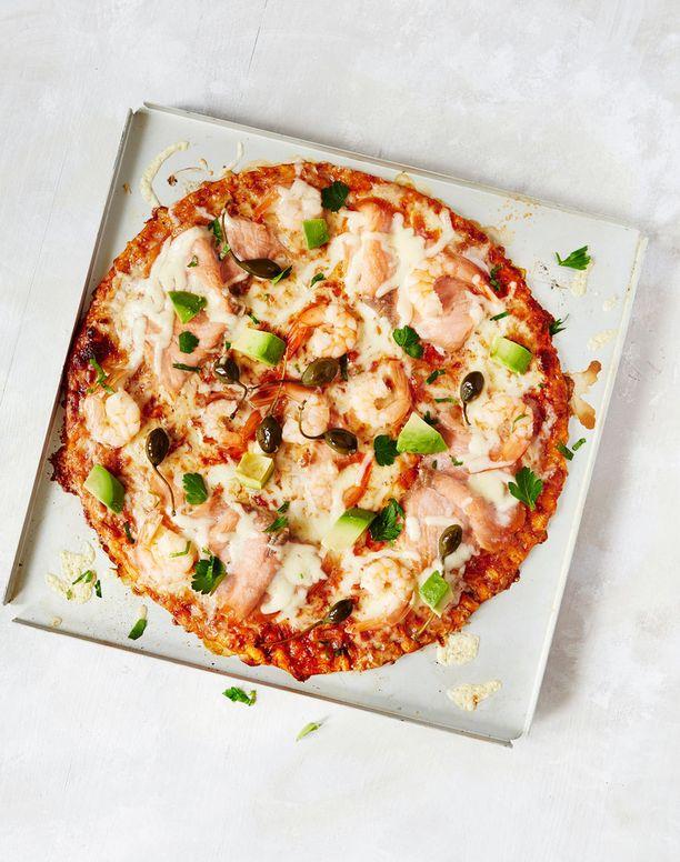Punaravunpyrstöillä ja kylmäsavulohifileellä täytetty fantasia-pizza. Paiston jälkeen kuuman pizzan päälle kuutioidaan avokado ja silputaan lehtipersiljaa.
