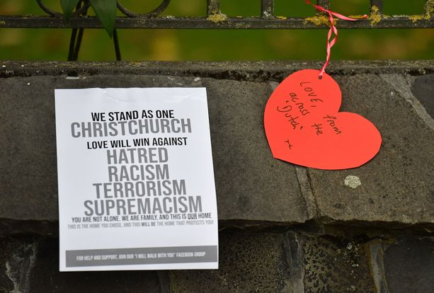 """""""Seisomme yhdessä Christchurchin kanssa. Rakkaus voittaa vihan, rasismin, terrorismin ja yli"""", lukee Christchurchiin jätetyssä lapussa, joka jätettiin kivetykselle terrori-iskun jälkeen."""