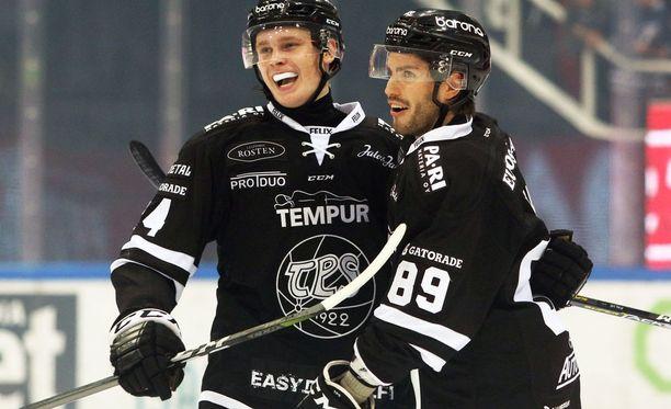 Kaapo Kakko (vas.) iski uransa ensimmäisen maalin Liigassa. Oula Palve onnitteli nuorukaista.