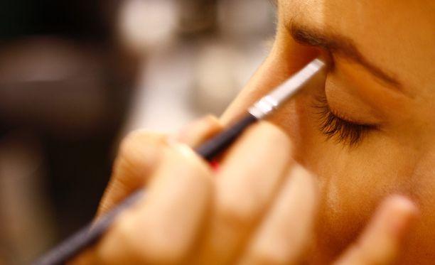 Rasvoittuvat luomet kannattaa pohjustaa huolellisesti ennen silmämeikkiä.