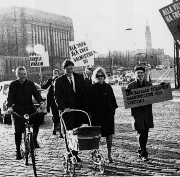 Lipposen poliittinen ura alkoi, kun hänet valittiin sosiaalidemokraattina Helsingin yliopiston ylioppilaskunnan edustajistoon vuonna 1965. Kuvassa Lipponen vuonna 1964 Sadankomitean rauhanmarssilla silloisen vaimonsa ja esikoisensa kanssa.