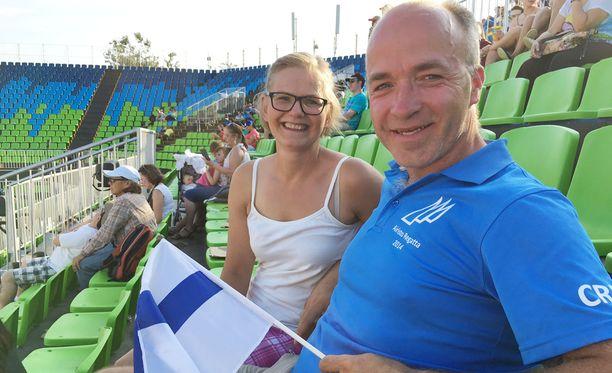 Elmo Jankarin vanhemmat Nina Sibelius ja Sauli Jankari seuraavat poikansa suorituksia Rion olympialehtereillä.