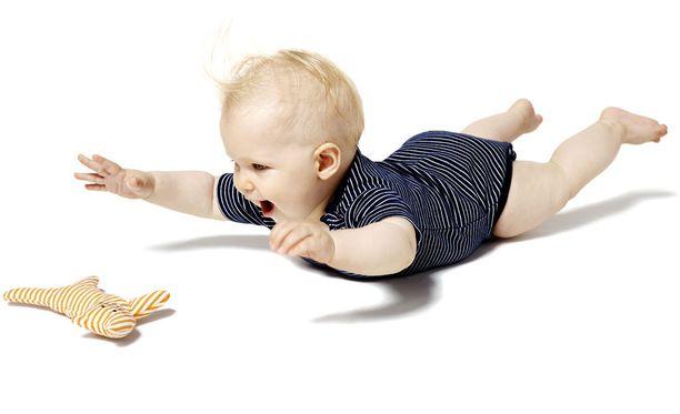 Nimimerkki Sirpukka huomasi, että body voi olla helpompi pukea, kun lapsi on vatsallaan.