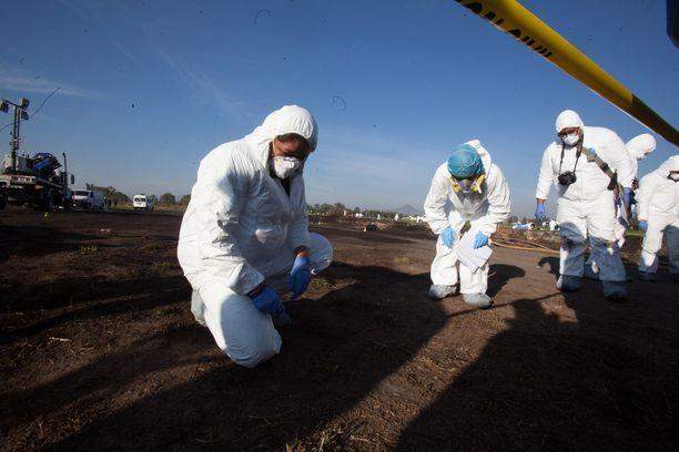 Kuvassa asiantuntijat tutkivat tapahtumapaikkaa lauantaina 19.1.2019. Varkaiden arvellaan tehneen polttoaineyhtiö Pemexin polttoaineputkeen reiän.