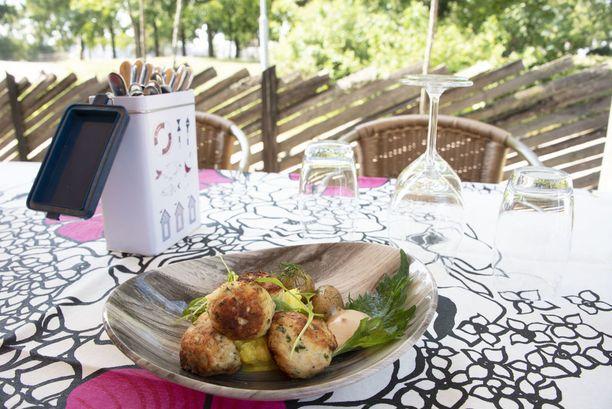 Kalaruoat maistuvat kesällä asiakkaita liharuokia enemmän. Ravintolan Savun yksi kesän suosituin annos on ollut ahvenpulla-annos.