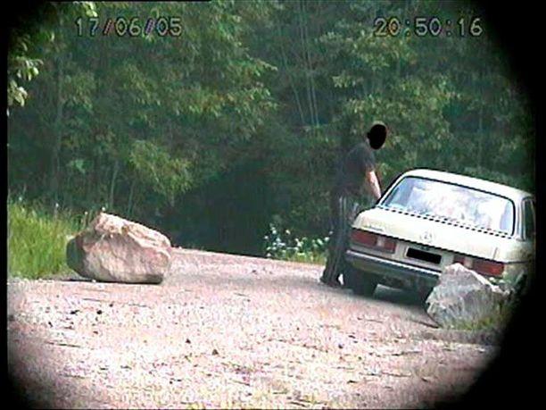 Maastoon kätketty kamera tallensi mersumiehen käyneen kätköalueella 17. kesäkuuta.