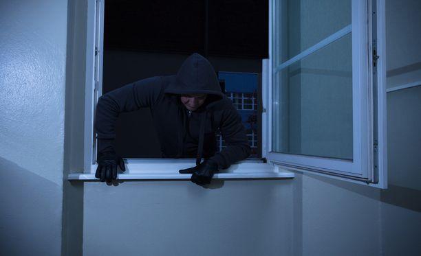 Epäilty murtovaras kiipesi ikkunasta sisään Helsingin Haagassa perjantaina. Kuvituskuva.