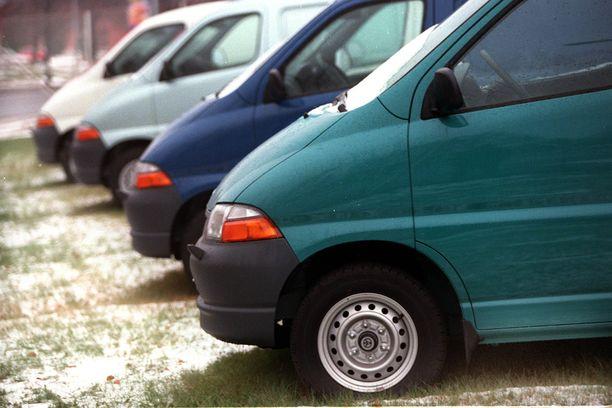 Ammattikäytössä olevissa autoissa on usein sähköinen ajopäiväkirja, jossa on myös paikannuslaite. Se voi joskus pelastaa auton varkaalta. Kuvat autot eivät liity tapaukseen.