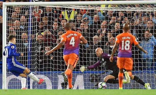 Eden Hazard (vas.) ampuu Chelsean 2-1-voittomaalin Manchester Cityn verkkoon.