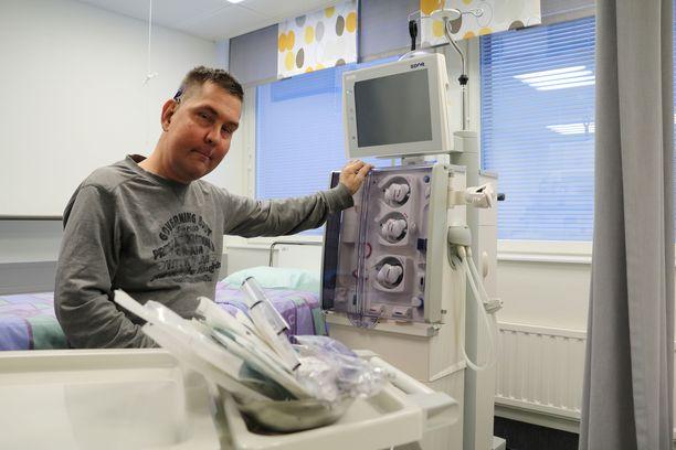 Joni Jatkonen valmistelee itse sekä laitteen että steriilin pöydän valmiiksi jokaista hoitokertaa varten.