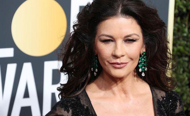 Näyttelijä Catherine Zeta Jones saapui Golden Globe -gaalaan mustassa juhla-asussa varhain maanantaina Suomen aikaa.