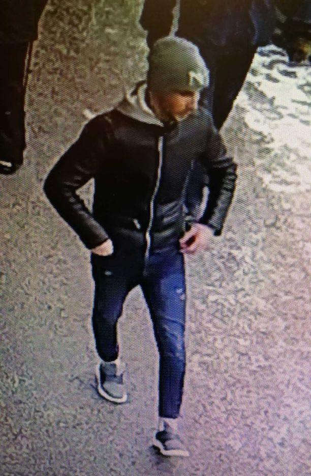 Turvakamera tallensi kuvan henkilöstä, jolla saattaa poliisin mukaan olla tietoa tapahtuneesta.