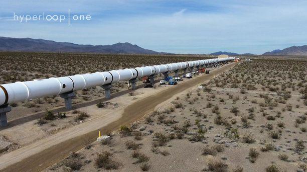 Näin pitkällä ovat Hyperloop-putken koeradan rakennustyöt Nevadan autiomaassa.