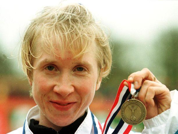 Annemari Kiekara esitteli maastojuoksun MM-pronssiaan vuonna 1999 Belfastissa.